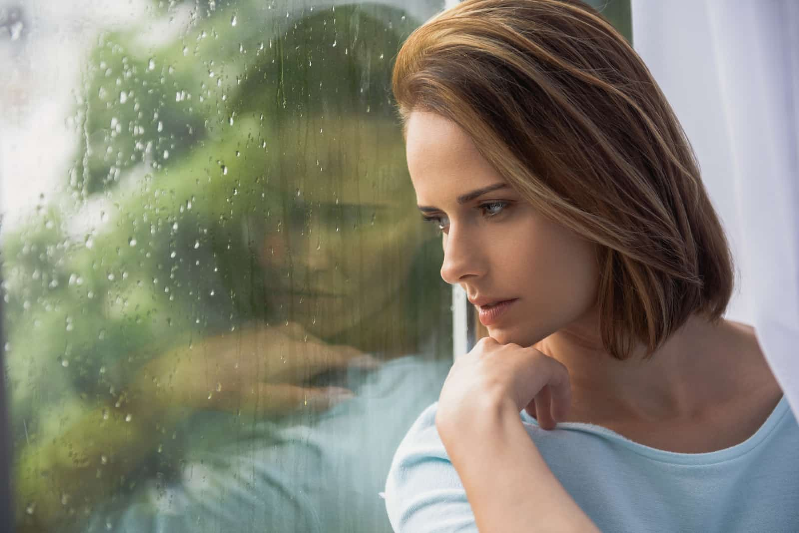 une triste femme brune