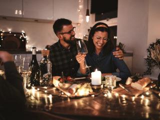 un homme et une femme souriants assis à une table