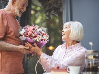 l'homme a surpris la femme avec un bouquet de roses