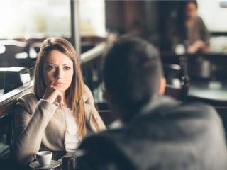 la femme regarde l'homme avec colère