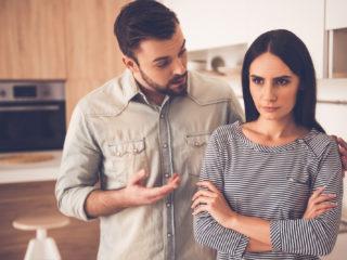 l'homme réconforte la femme déçue