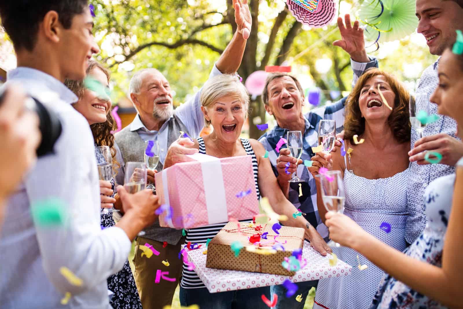 des amis ont fait une fête pour le couple marié