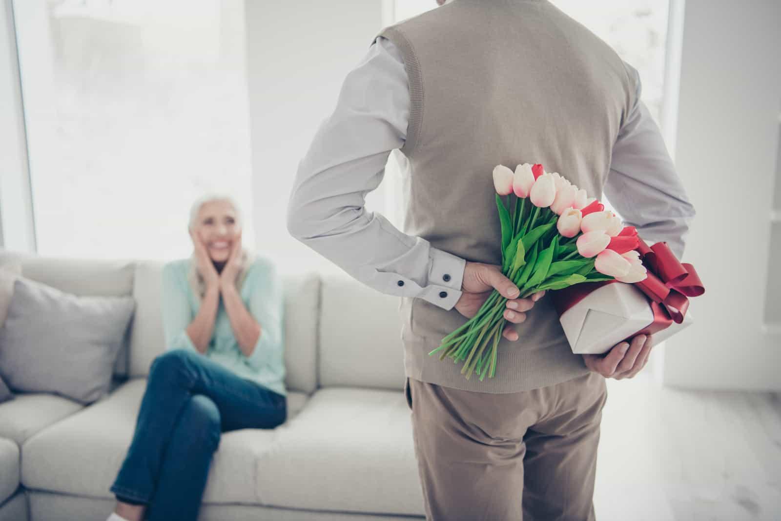 un homme a surpris une femme avec un bouquet de fleurs
