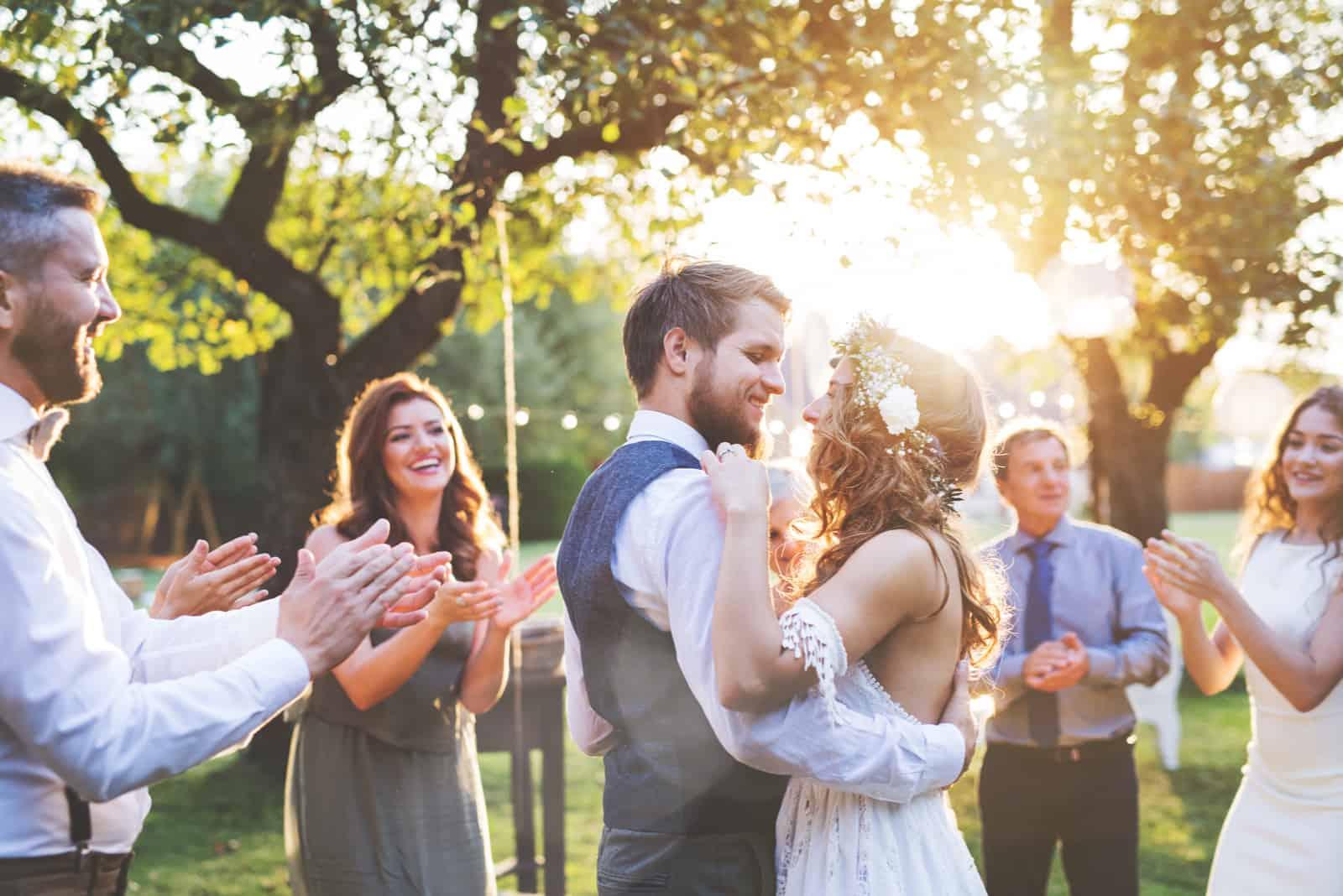 un homme et une femme dansent lors d'un mariage