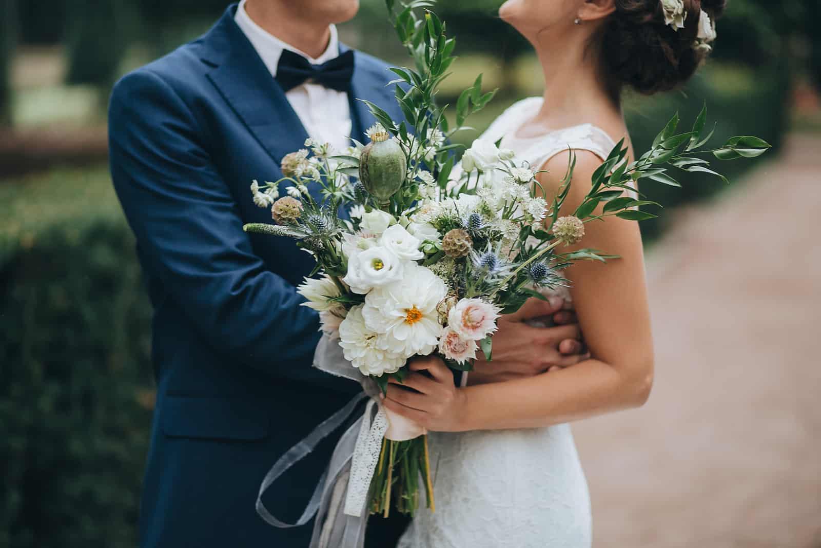 un homme et une femme s'embrassant lors d'un mariage