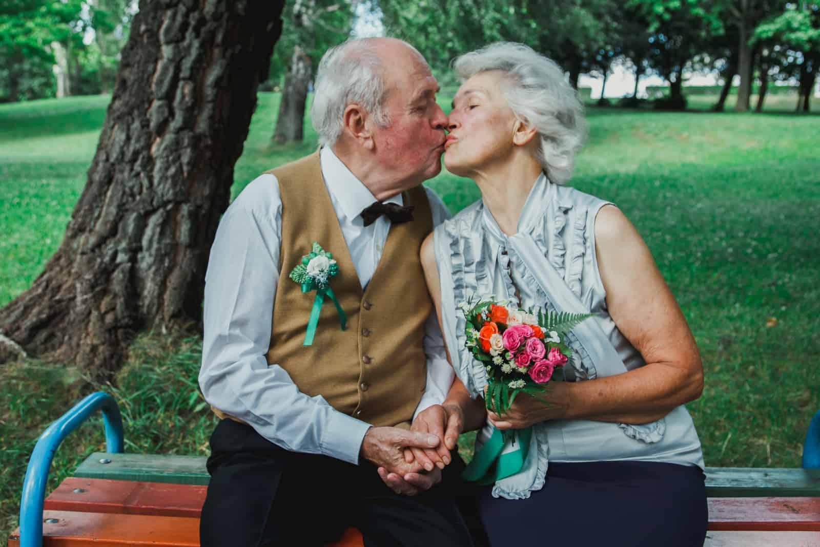 un homme et une femme s'embrassant sur un banc