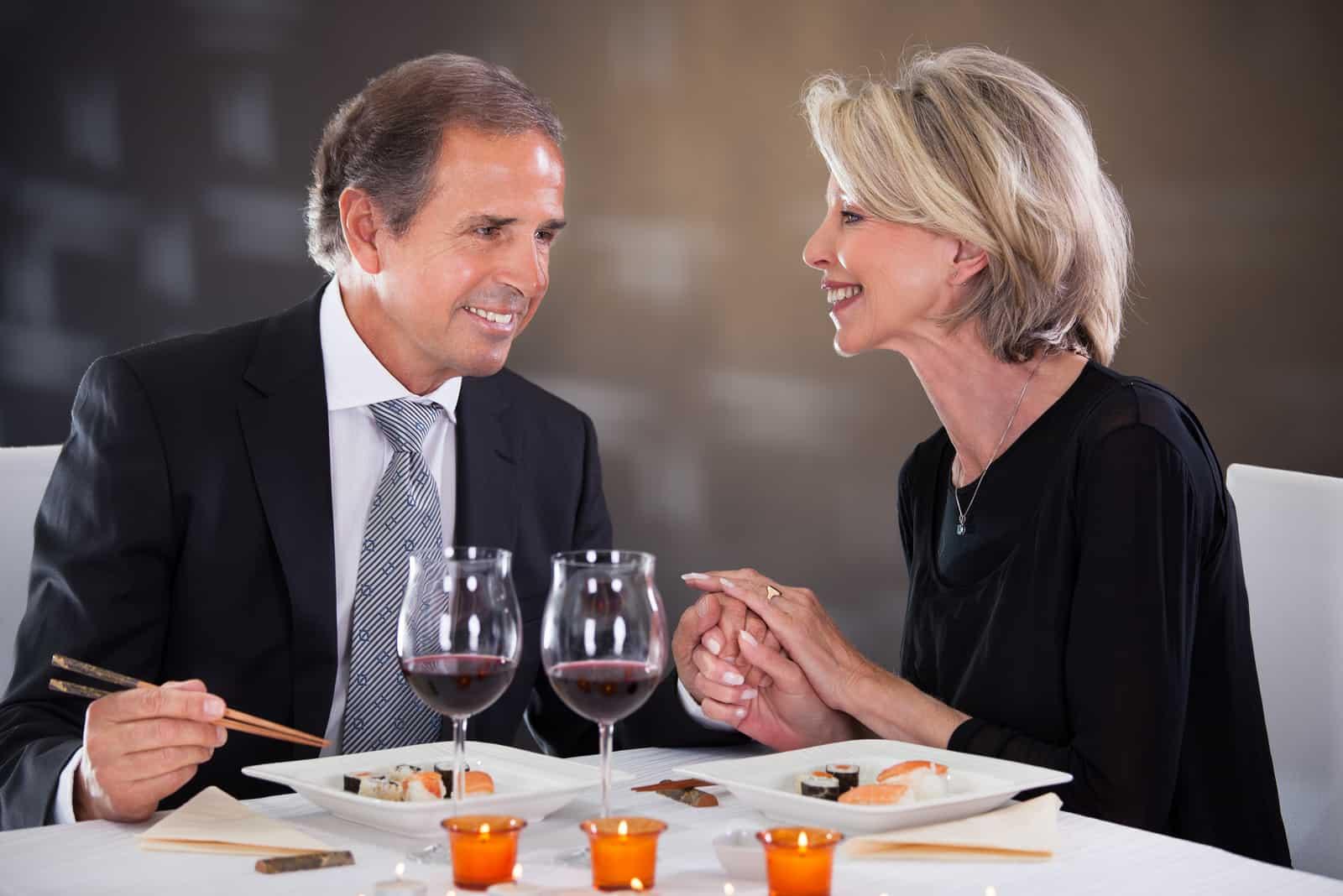 un homme et une femme sont assis à une table