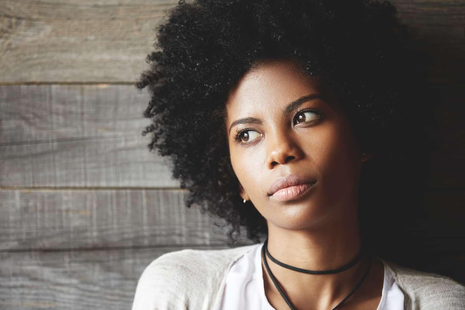 une femme imaginaire aux cheveux crépus