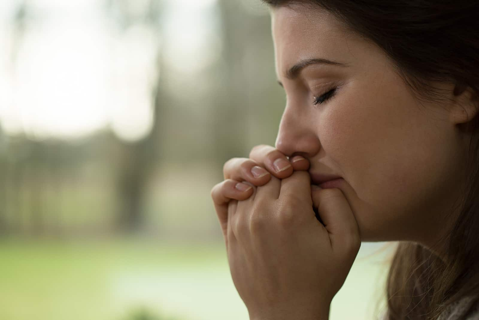 une femme triste pleure
